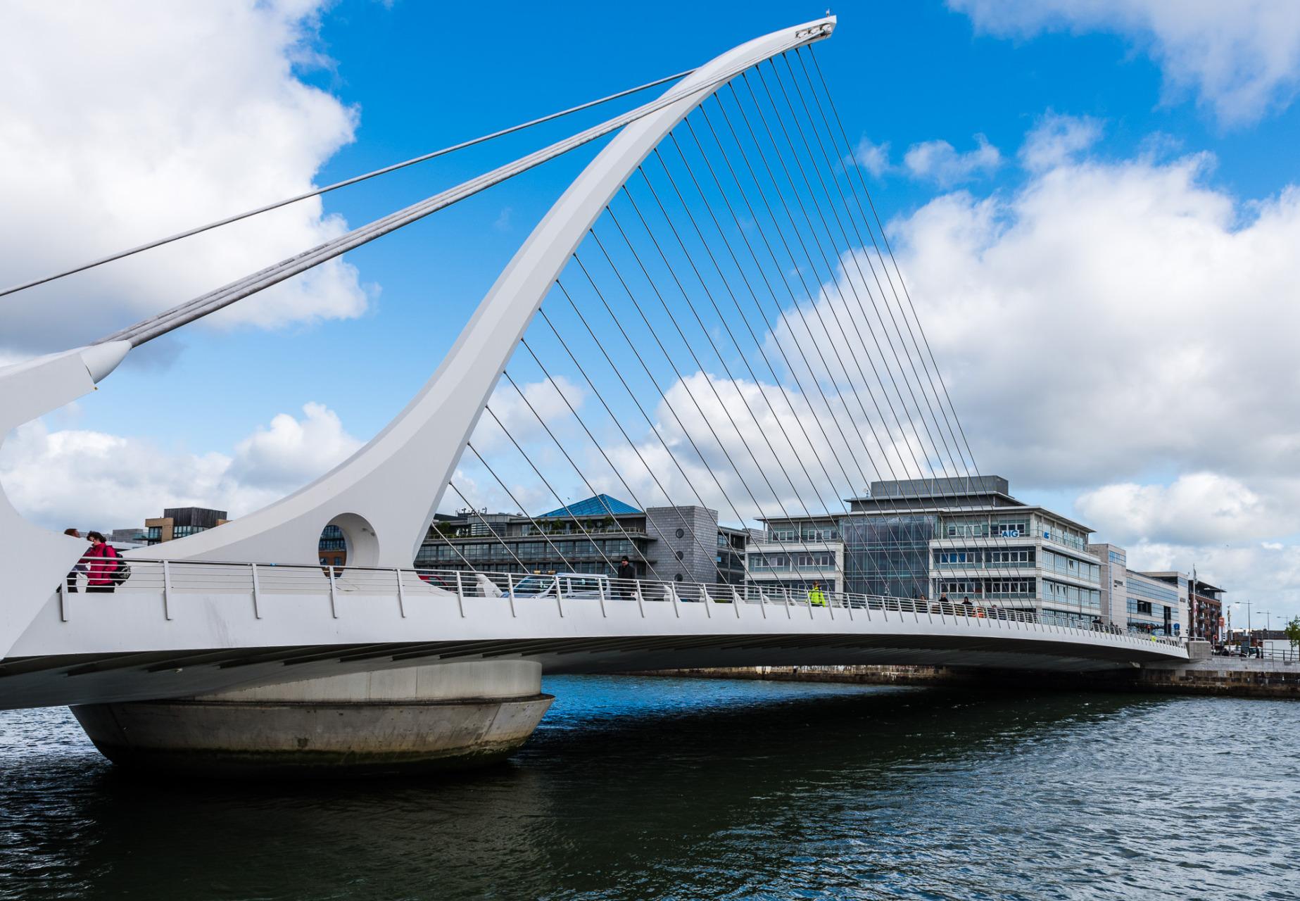 Samuel Beckett Bridge. Il ressemble à une harpe Celtique. Conçu par Santiago Calatrava.